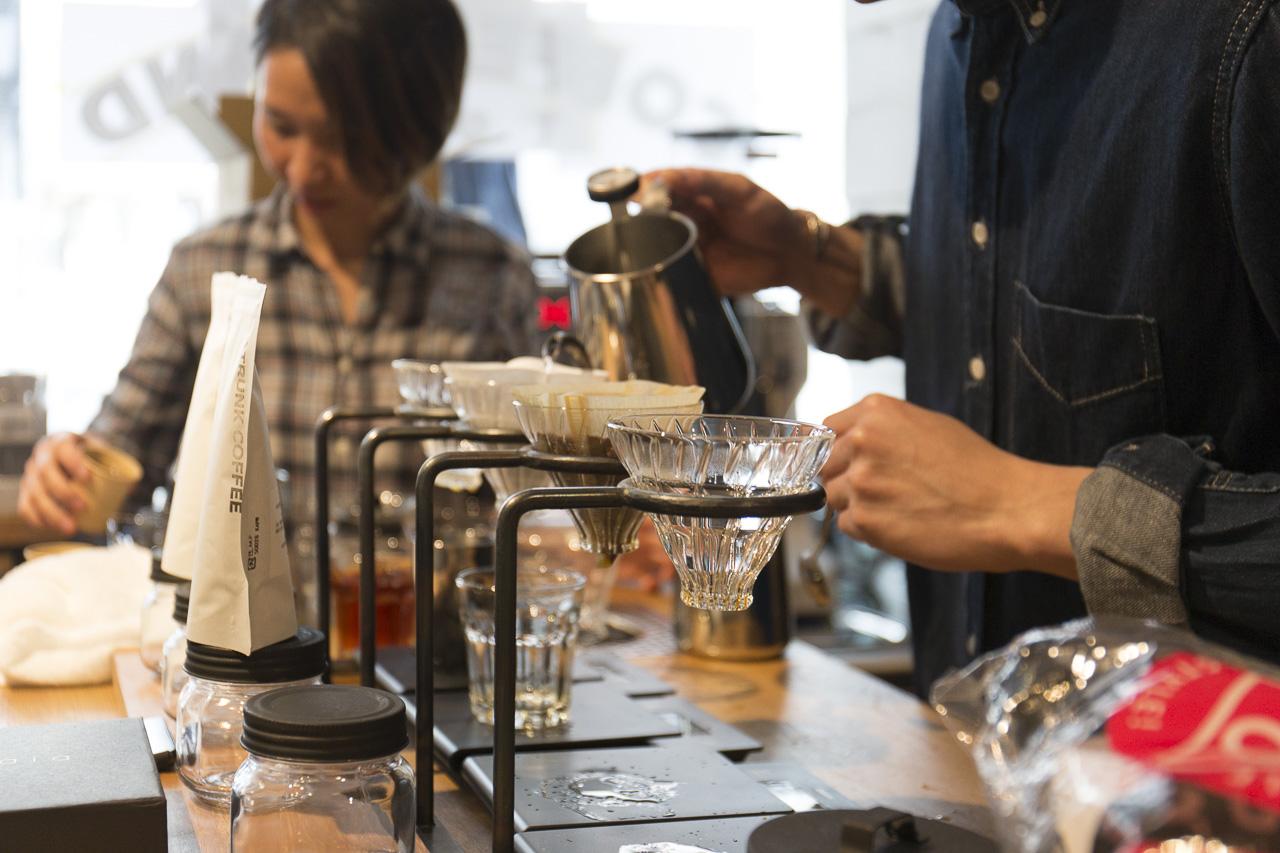 バリスタが一杯一杯丁寧にコーヒーをいれます。